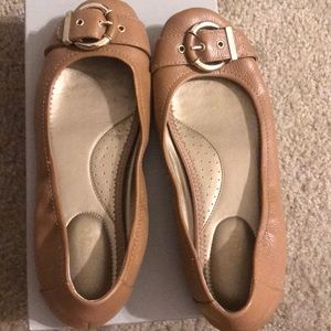 Cute buckle tan flats!